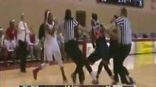 بالفيديو.. شجار سيدات في مباراة كرة سلة  أميركية