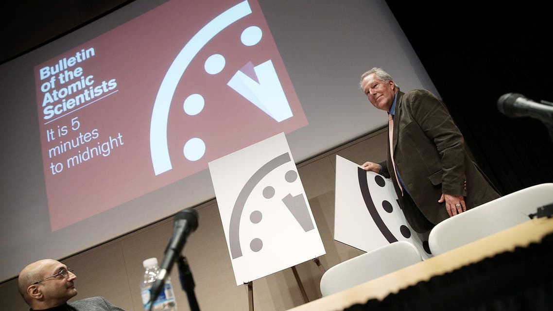 Richard Somerville (R) unveils an updated version of the Doomsday Clock during a press conference held by the Bulletin of the Atomic Scientists January 22, 2015. (AFP)