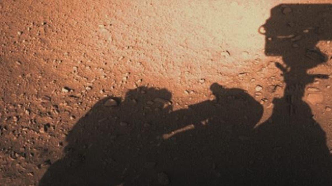الصورة التقطتها مركبة كيوريوسيتي لظلها على المريخ، فظهر معه ظل آخر