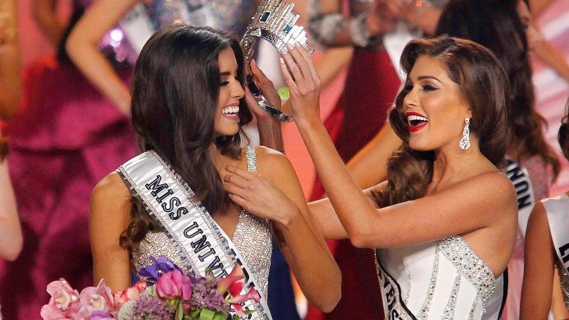 Miss Colombia Paulina Vega (L) is crowned by last year's Miss Universe, Venezuela's Gabriela Isler, at the 63rd Annual Miss Universe Pageant in Miami, Florida, January 25, 2015. Reuters