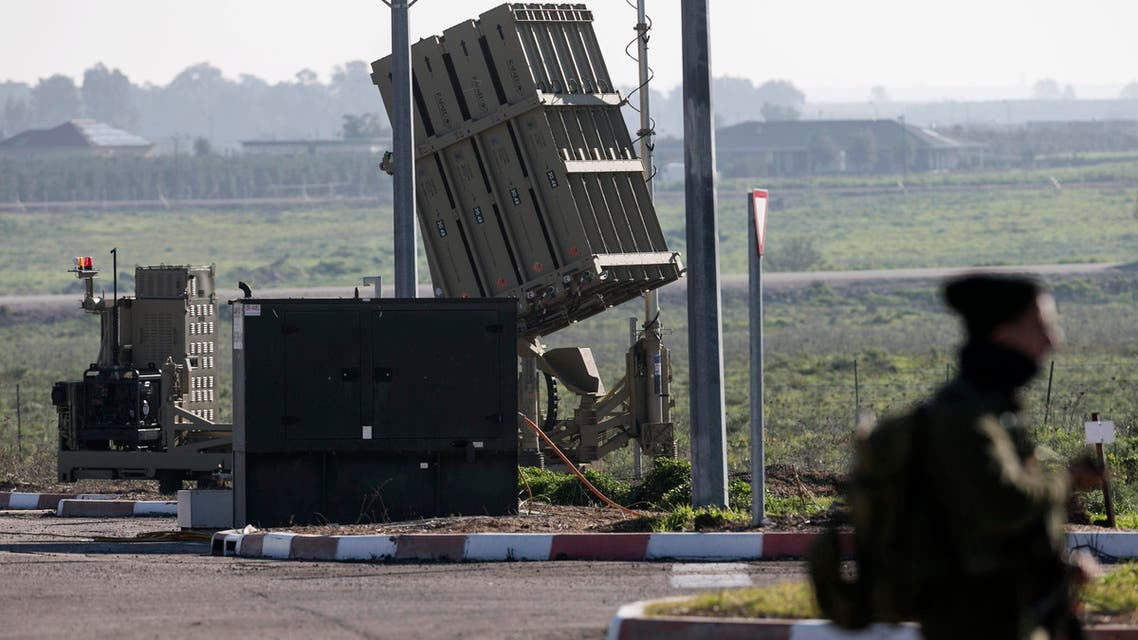 جندي إسرائيلي يحرس إحدى بطاريات القبة الحديدية في الجولا