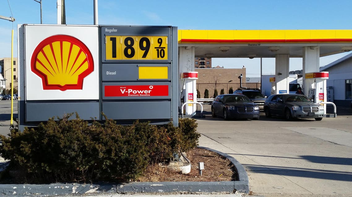 Cars fill up at the pumps at a Shell station near downtown Detroit, where the sign shows the price at $1.899 a gallon on Thursday, Jan. 1, 2015. (File photo: AP)