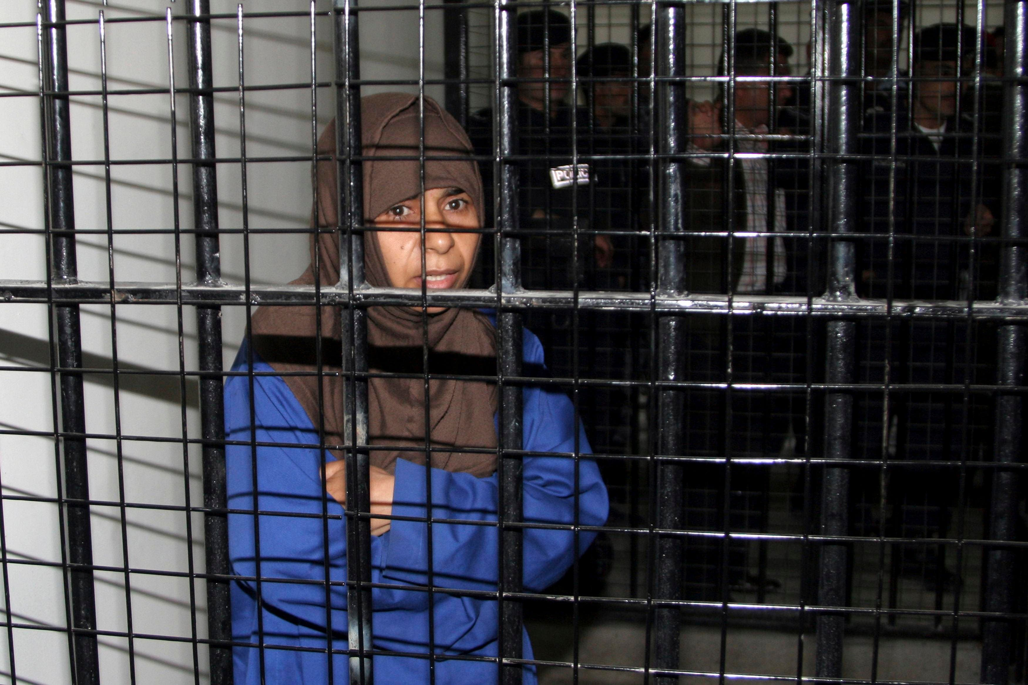 Iraqi Sajida al-Rishawi stands inside a military court at Juwaida prison in Amman in this April 24, 2006 file photo. Senior Japanese officials were meeting late on Jan. 27, 2015. (Reuters)