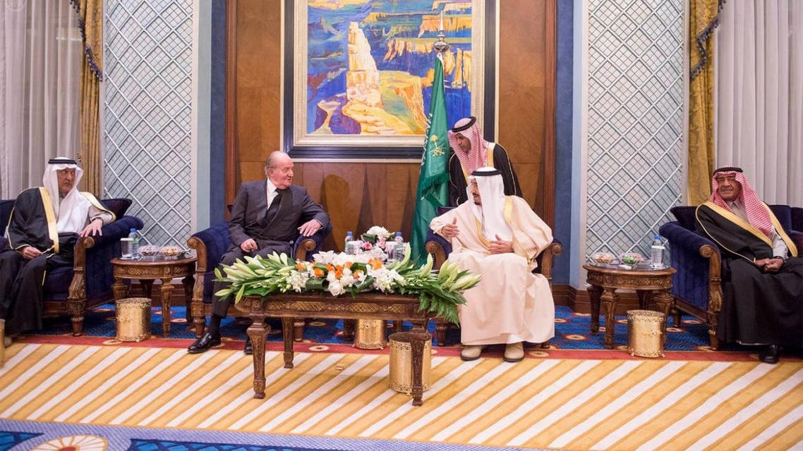 King Juan Carlos (L) attends a meeting with King Salman bin Abdulaziz (R) in Riyadh. (Photo courtesy: SPA)