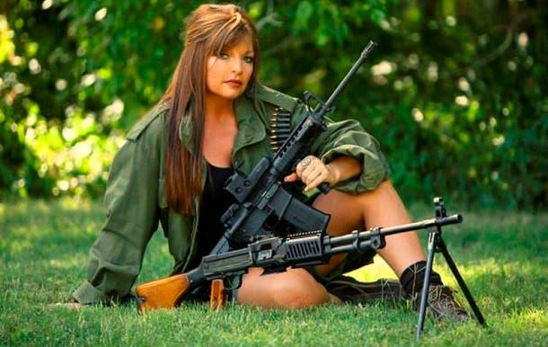 في فيسبوك صور كثيرة لطريقة جين الخاصة بعرض أسلحتها