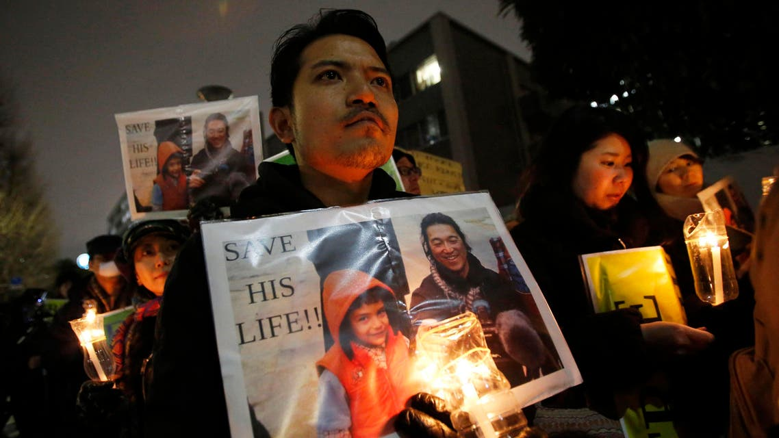 People holding placards take part in a vigil in front of Prime Minister Shinzo Abe's official residence in Tokyo, January 30, 2015. (File photo: Reuters)