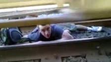 مغامرة جنونية.. شاب يقرر الفرار من أسفل قطار متحرك