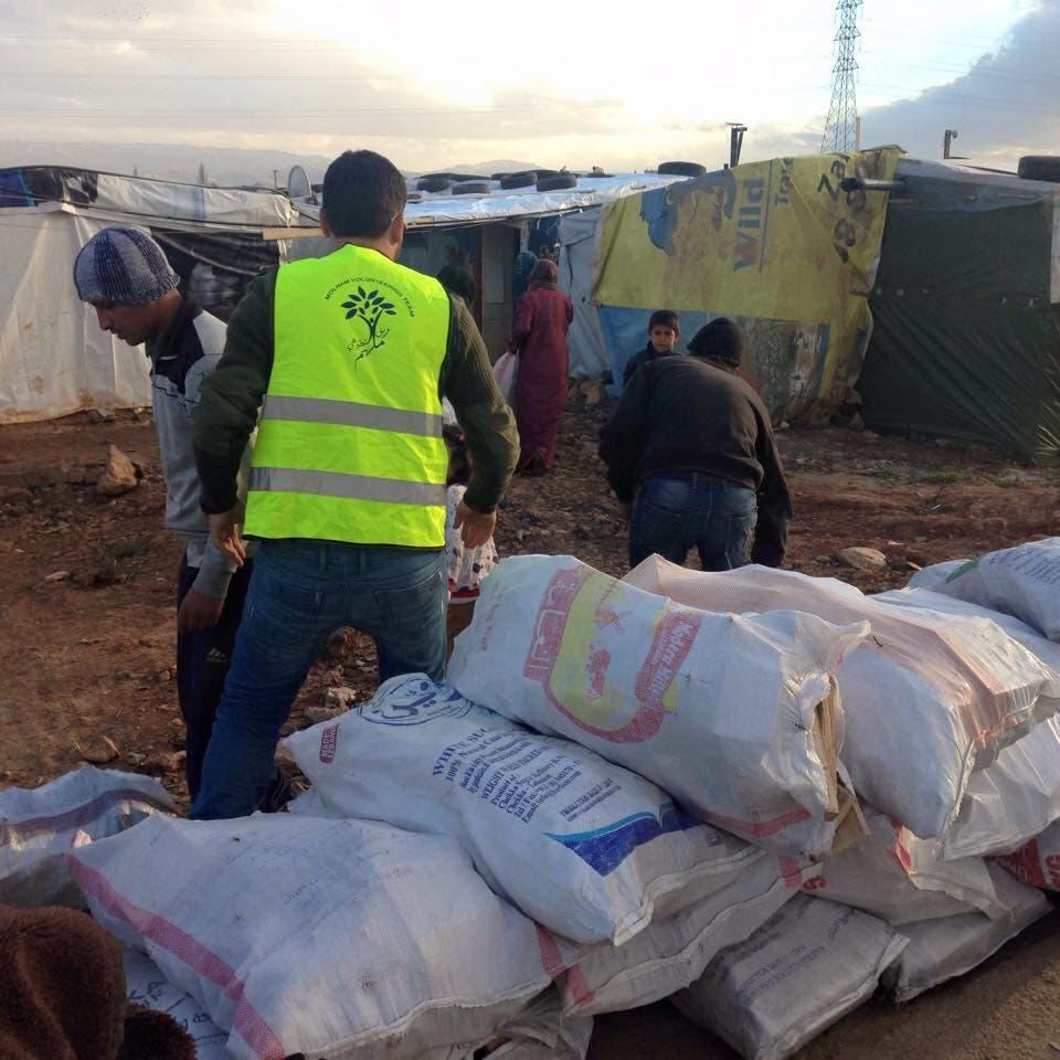 توزيع الحطب السوم على ٣٥ عائلة سورية في منطقة #البقاع