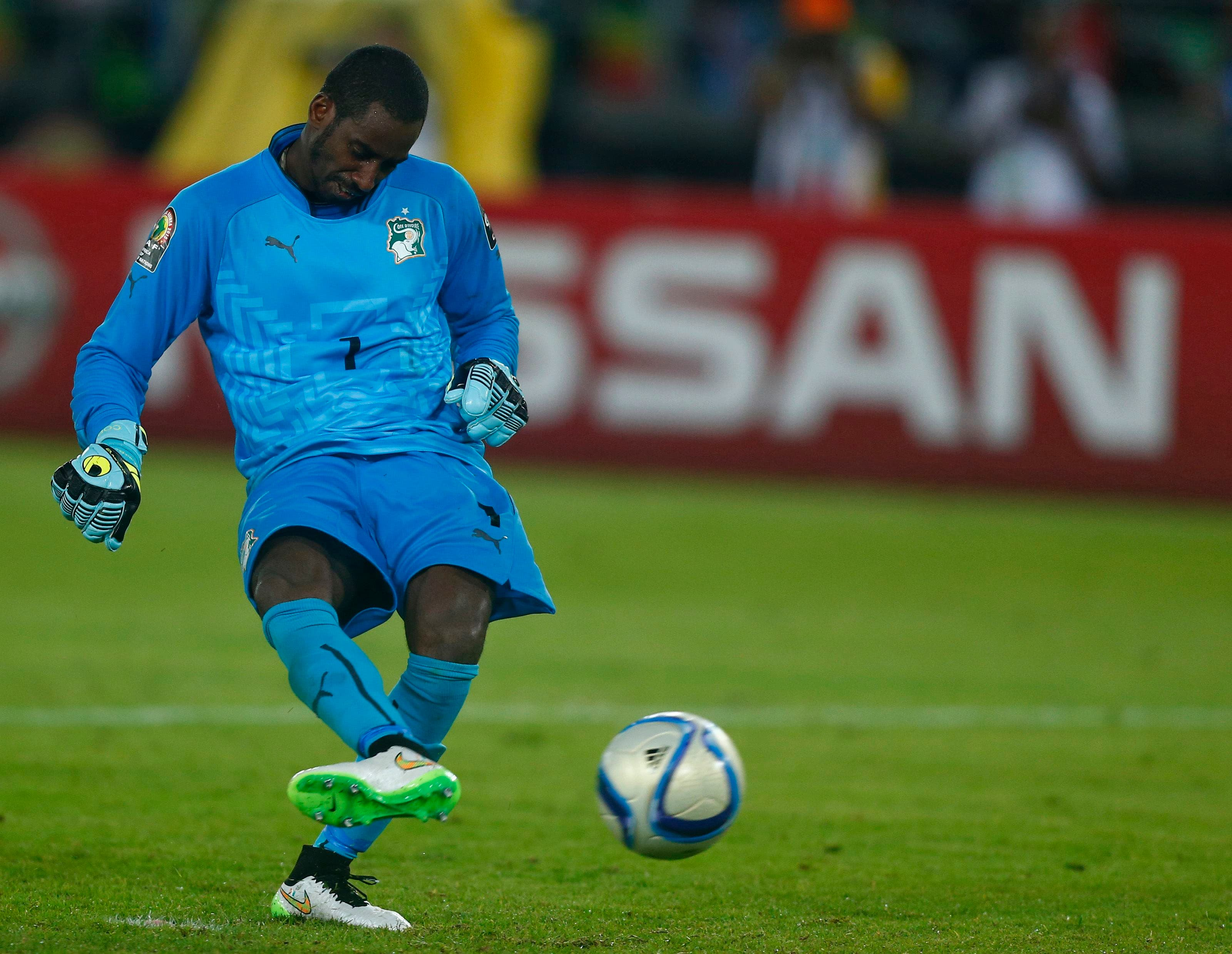Ivory Coast's goalkeeper Boubacar Barry scores the winning penalty kick during the African Nations Cup final soccer match against Ghana in Bata, Feb. 8, 2015. (AFP)