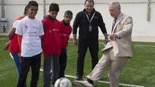 الأمير تشارلز يلعب كرة القدم مع لاجئين سوريين