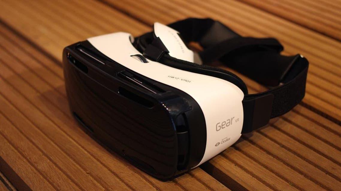 سماعة الرأس المدمجة بتقنية الواقع الافتراضي VR من سامسونغ