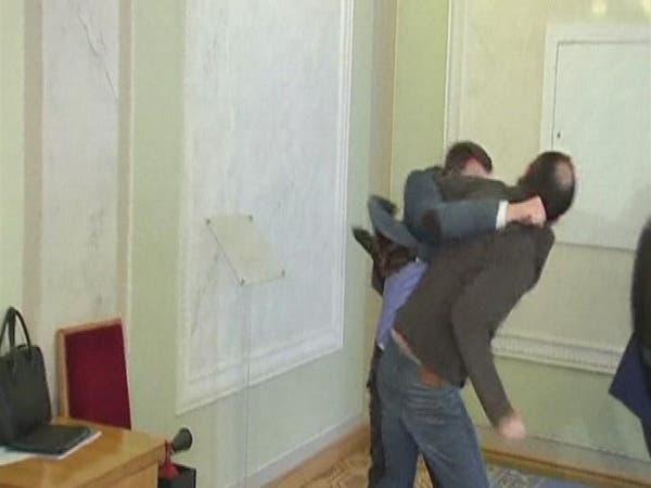 بالفيديو.. دماء تحت قبة البرلمان الأوكراني