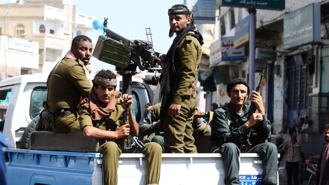 Soldiers watch as anti-Houthi protesters demonstrate against the dissolution of Yemen's parliament and the takeover by the armed Shi'ite Muslim Houthi group, during a rally in the southwestern city of Taiz, February 13, 2015. (File photo: Reuters)
