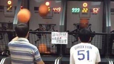 بالفيديو.. رجل يظهر مهارة خارقة في تصويب كرة السلة