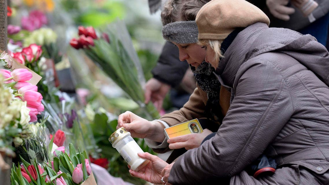 Two women light a candle at a memorial for the victims of the deadly attacks in front of the synagogue in Krystalgade in Copenhagen, February 15, 2015.  (Reuters)