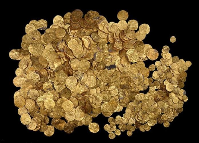مجموعة أخرى من دنانير الكنز الفاطمي، وتظهر متننوعة الأحجام من فئات دينار ونصف دينار وربع دينار