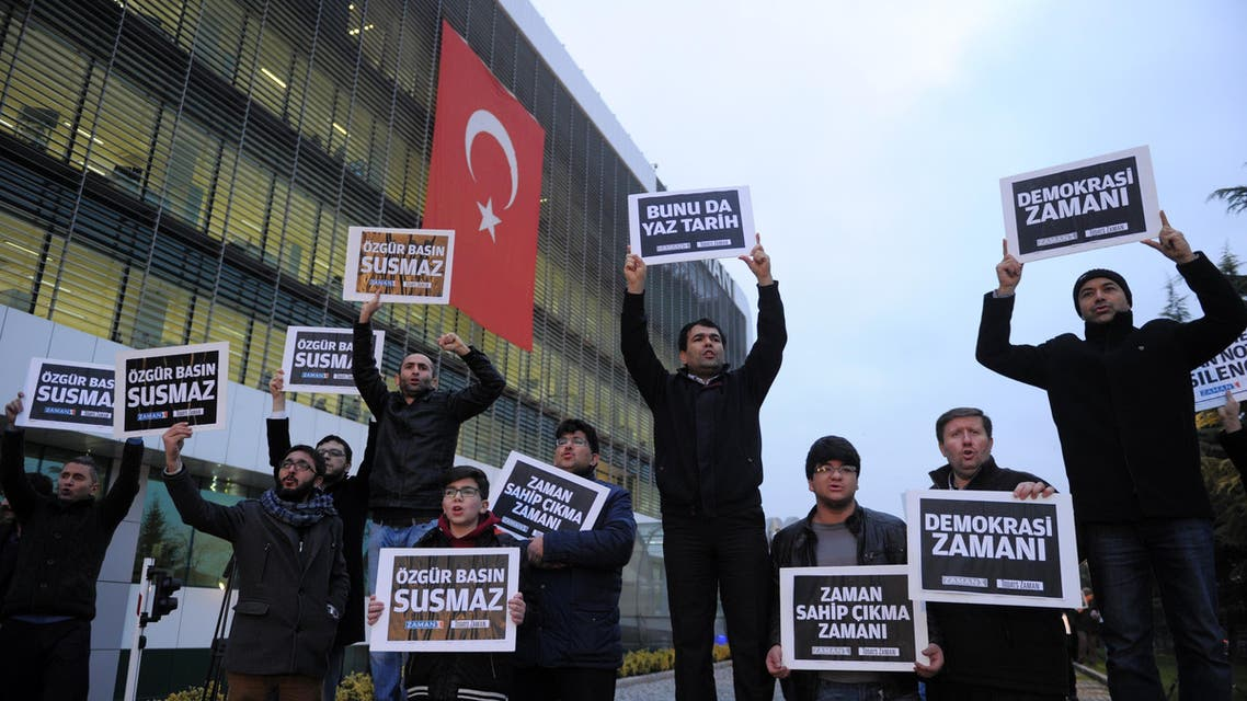 People gather in support outside Zaman newspaper in Istanbul, Turkey, Sunday, Dec. 14, 2014, hours after police launched raids in a dozen cities, detaining around 20 people including journalists, television producers and police known to be close to a movement led by a U.S.-based moderate Islamic cleric Fethullah Gulen. (File photo: AP)