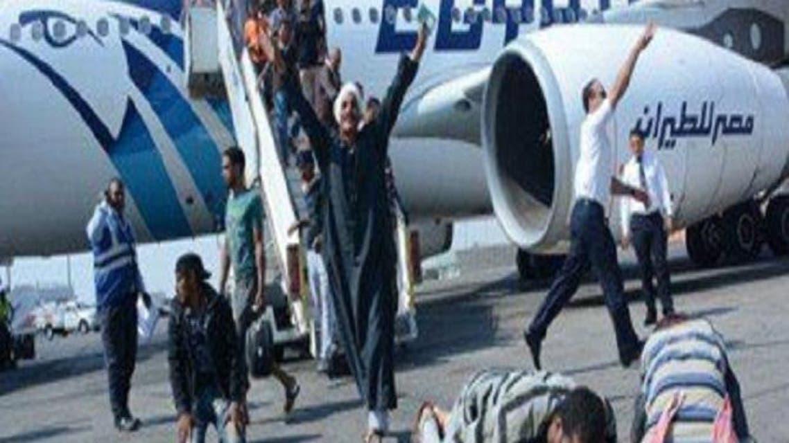 مصريين يسجدون لله شكرا على عودتهم إلى أرض الوطن من ليبيا