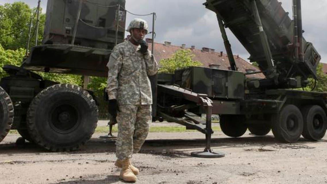 ایک امریکی فوجی پولینڈ میں نصب میزائل ڈیفنس سسٹم کے پاس کھڑا ہے۔