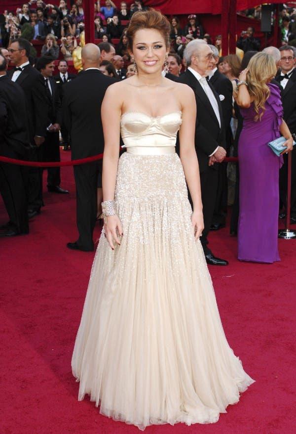 مايلي سايرس اختارت ثوباً عاري الكتفين من Jenny Packham في العام 2010