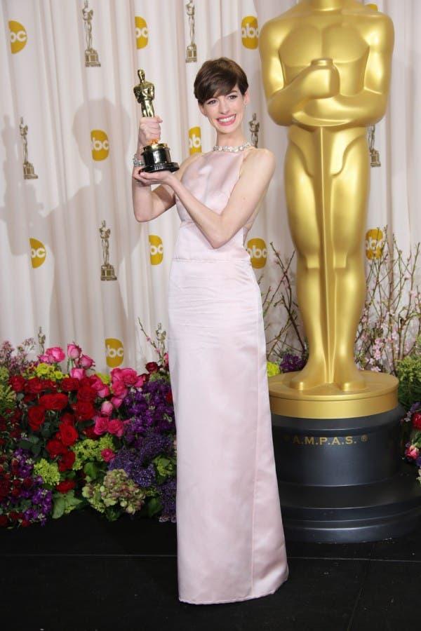 آن هاثاواي اختارت ثوباً باللون الزهريّ الفاتح من Prada لحضور حفل أوسكار 2013
