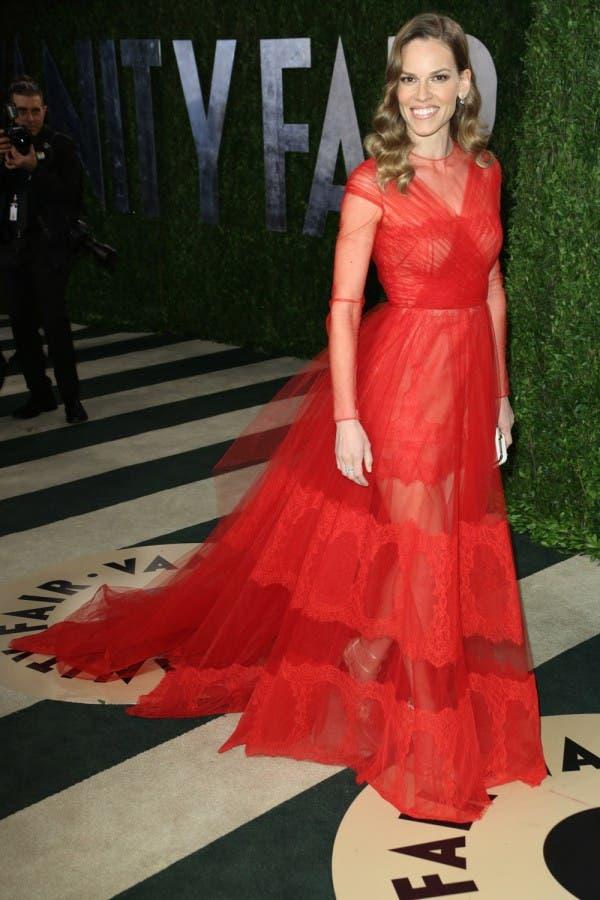 هيلاري سوانك ارتدت ثوباً أحمر من توقيع Valentino في حفل أوسكار العام 2013