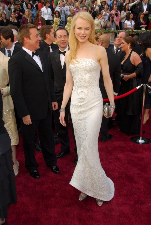 نيكول كيدمان اختارت ثوباً باللون البيض من Balenciaga لحضور حفل أوسكار 2006