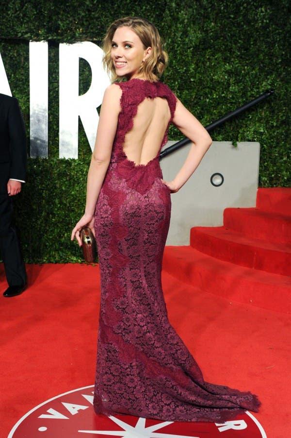 سكارليت جوهانسن اختارت ثوباً من الدانتيل باللون الأحمر تزيّنه فتحة عند الظهر من Dolce&Gabbana ي العام 2011