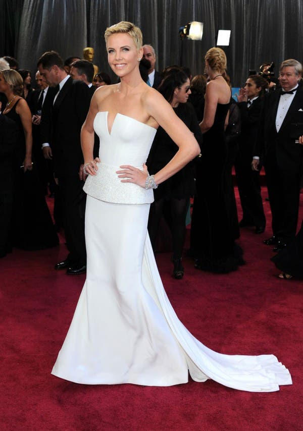 شارليز ثيرون تألّقت بثوب أبيض من توقيع Dior في حفل أوسكار 2013