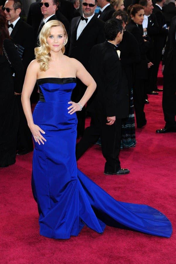 ريز وثيرسبون اختارت ثوباً عاري الكتفين باللون الأزرق من Louis Vuitton لحضور حفل أوسكار 2013