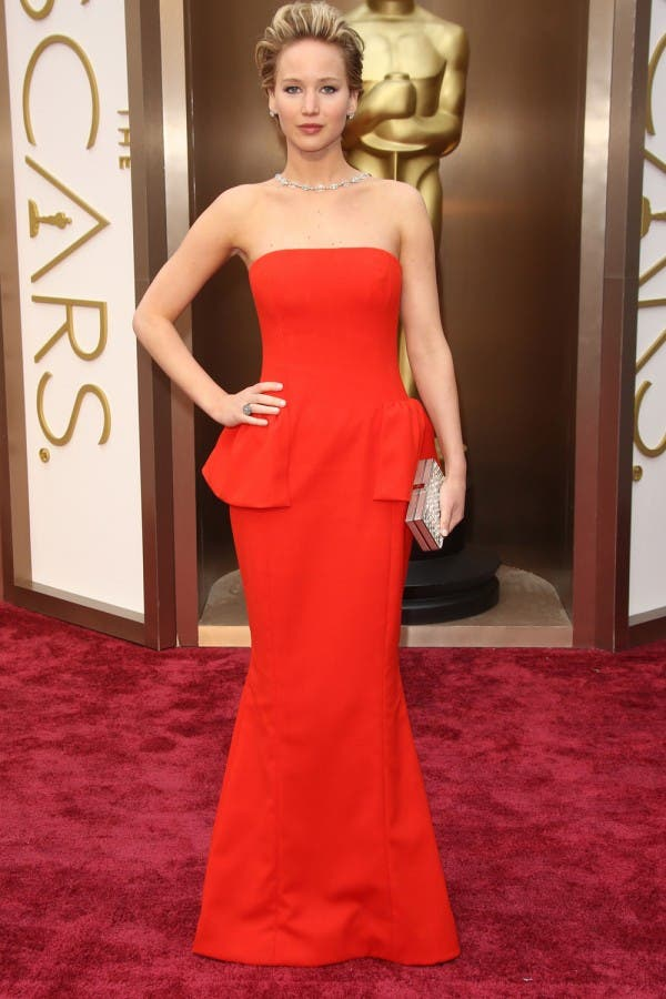 جنيفر لورانس اختارت ثوباً عاري الكتفين من Dior لحضور حفل الأوسكار في العام 2014