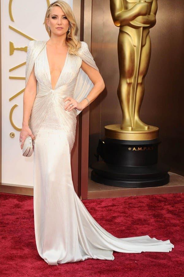 كايت هادسون اختارت ثوباً تزيّنه فتحة عميقة عند الصدر من Atelier Versace لحضور حفل أوسكار 2014
