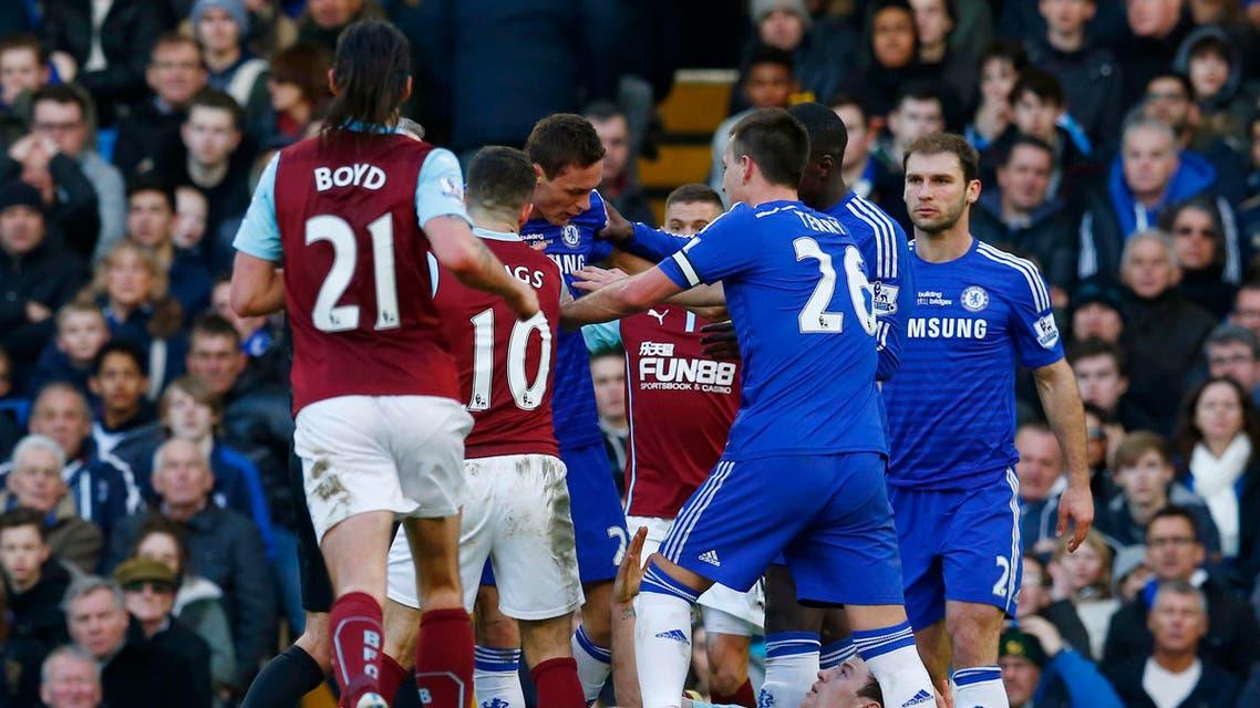 شجار مثير بين لاعبي تشيلسي وبيرنلي في مباراة انتهت بالتعادل 1-1