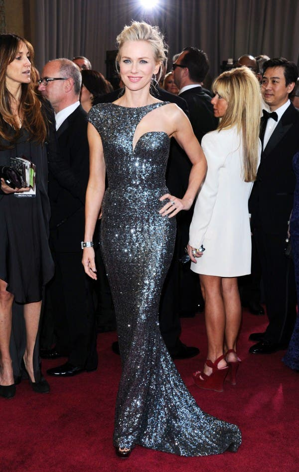 نعومي واتس اختارت ثوباً معدنياً باللون الرمادي من Giorgio Armani لحضور حفل أوسكار العام 2013