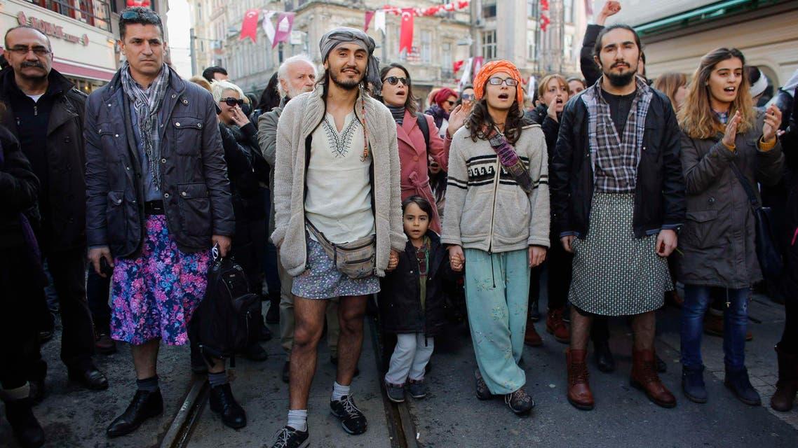 مظاهرات في تركيا رجال يلبسون تنورة