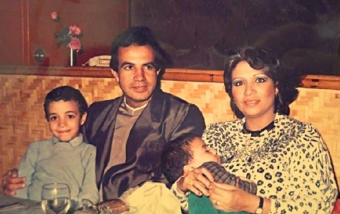 الوالدان القتيلان بالحادث الدموي، محمد في حضن أبيه، وشقيقه مروان في حضن والدته الشهيرة عربيا