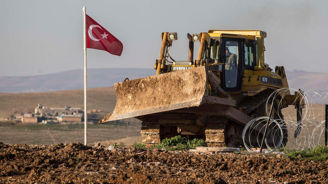 العلم التركي بجانب رفات سليمان شاه