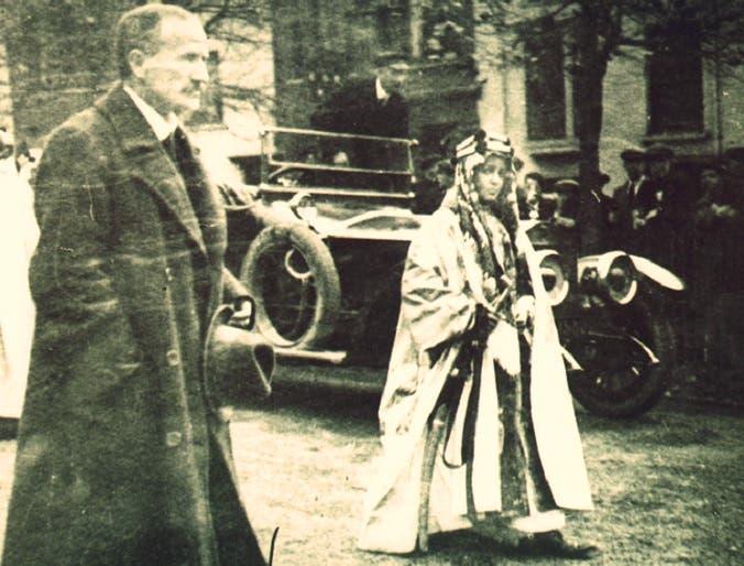 الأمير فيصل متجها في قصر باكنغهام لمقابلة الملك جورج الخامس