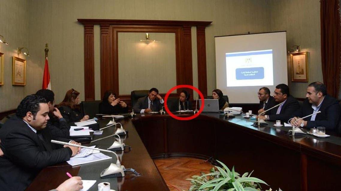زوجة مسؤول مصري لا تفارقه في مقر عمله بسبب الغيرة