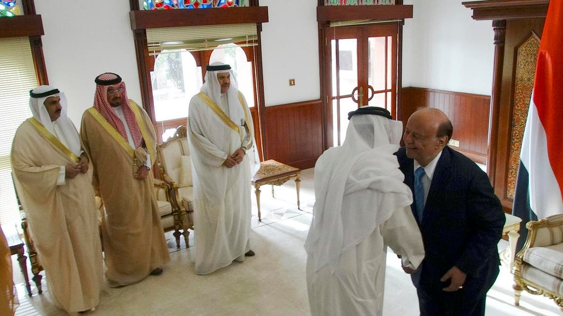 Yemen's President Abd-Rabbu Mansour Hadi (R) shakes hands with a Gulf Cooperation Council (GCC) delegate as the GCC Secretary-General Abdulatif al-Zayani (3rd L) looks ahead of talks at the Republian Palace in the southern Yemeni port city of Aden Feb.  25, 2015. (Reuters)