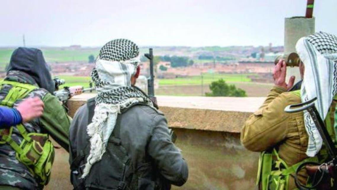 مقاتلون أكراد يراقبون الوضع قرب تل تمر بريف الحسكة