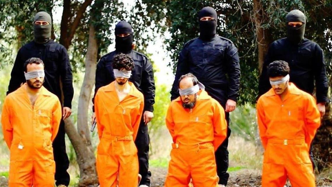 """صور مقزّزة نشرها """"داعش"""" لاعدام مجموعة من الرجال بتهمة التجسس"""
