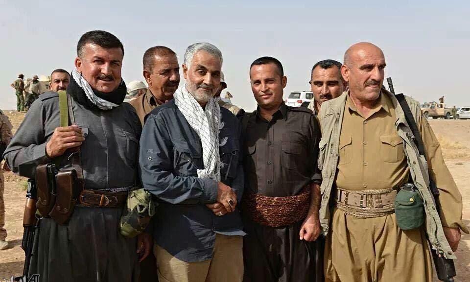 قاسم سليماني يتوسط عدد من مقاتلي البيشمرغة في العراق