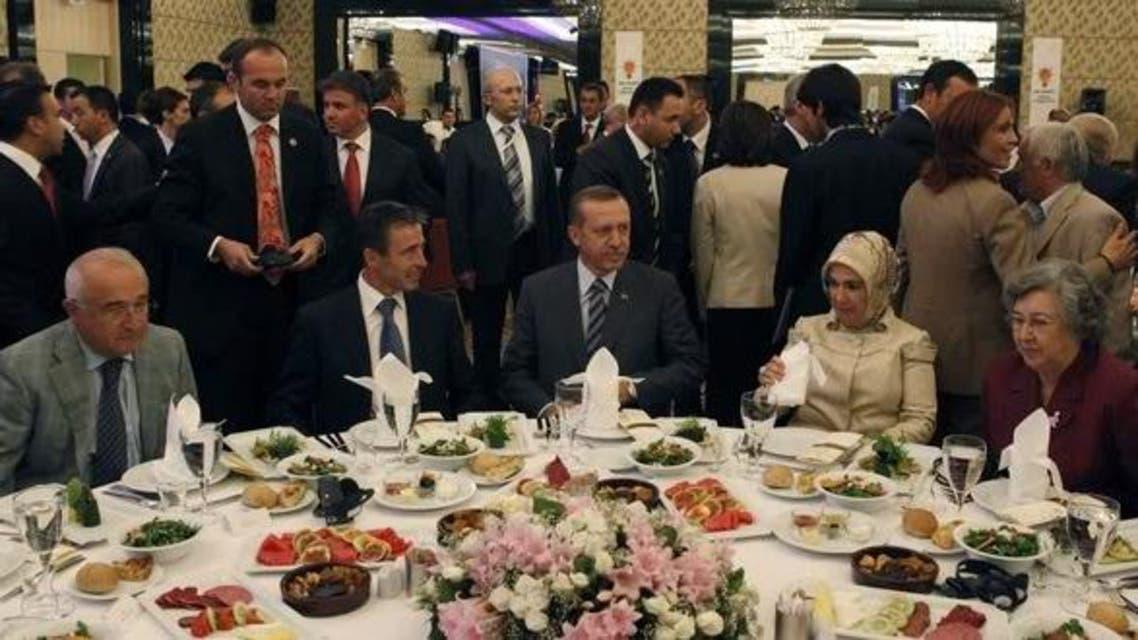 أردوغان يتناول الطعام