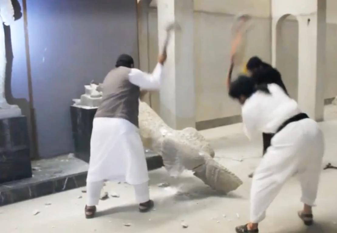 شبهنظامیان داعش در حال تخریب آثار باستانی موزه موصل