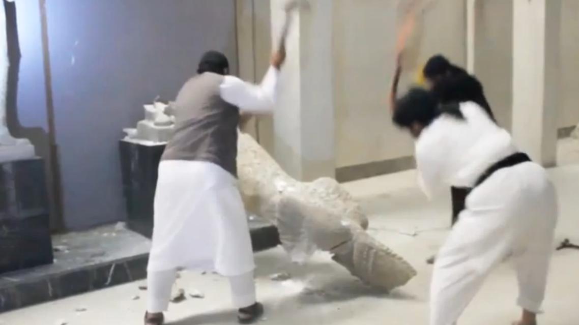 """عناصر من """"داعش"""" يحطمون آثار متحف الموصل"""