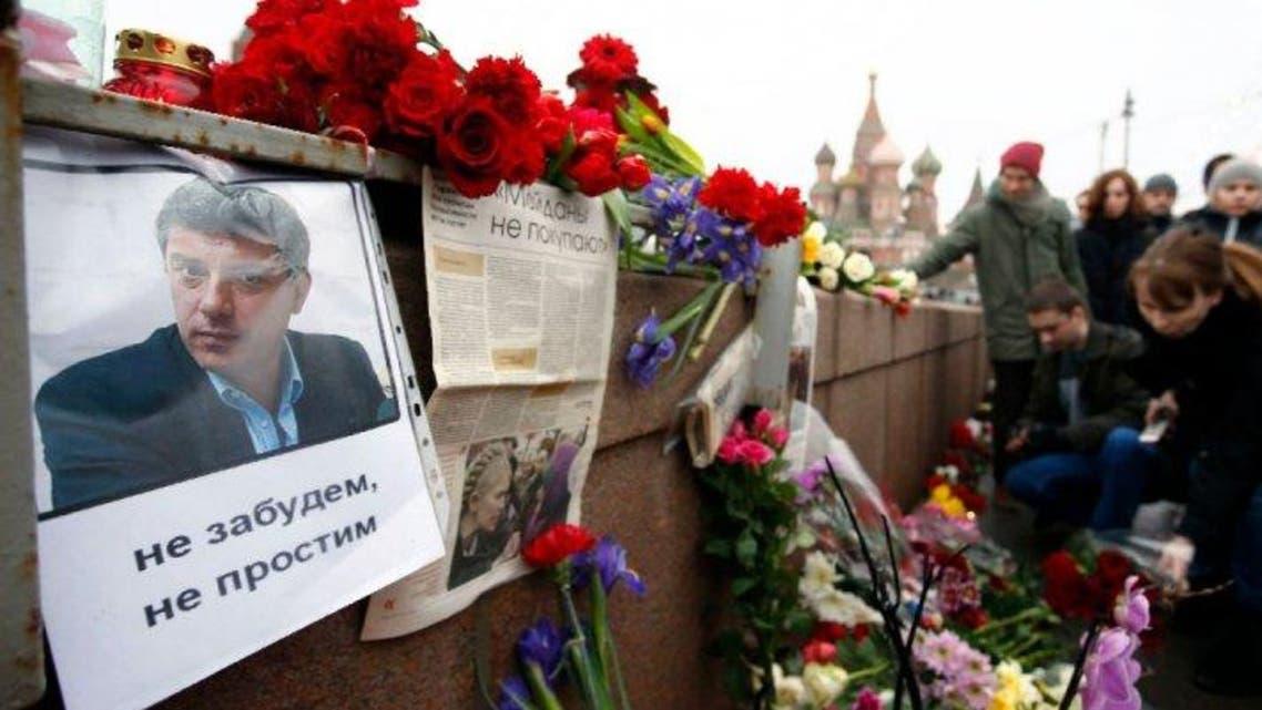 مواطنون يضعون اكاليل الورد بجانب موقع اغتيال بوريس نيمتسوف في موسكو