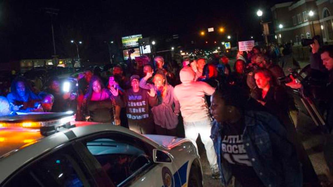 امریکی ریاست میزوری کے قصبے فرگوسن میں مظاہرین نے ایک پولیس کار کا راستہ روک رکھا ہے۔