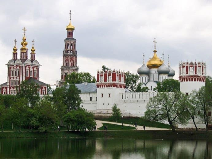 دير نوفوديفيتشي يقع في الساحة نفسها التي يقع فيها مقر الحكومة الروسية