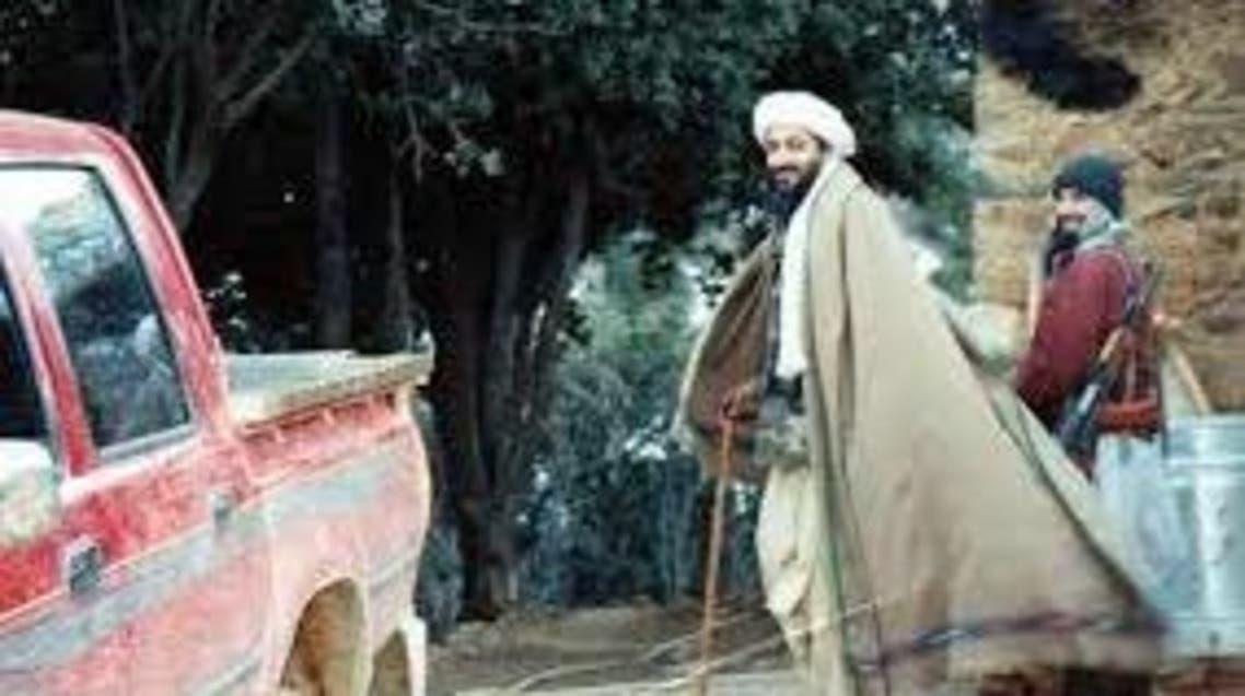 بن لادن يرتدي عباءة أفغانية